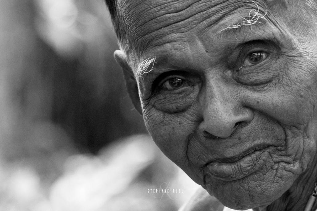 meilleur-et-best-photographie-personne-agee-professionnel-avignon-84000-parenthese-de-vie-photo-noir-et-blanc-regard-complice-grand-mere--et-petit-fils-a-avignon-vaucluse-stephane-ruel-photographe