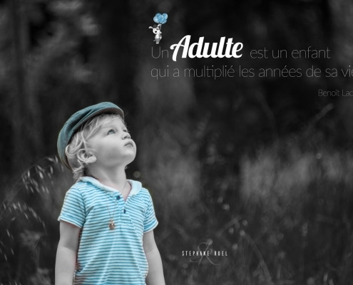 shoot-photo-ancienne-noir-et-blanc-regard-portrait-enfant-sur-un-banc-a-avignon-vaucluse-84000-stephane-ruel-photographe-professionnel-avignon-vaucluse-provence