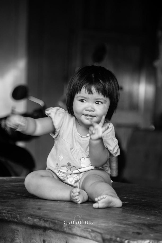 photo-de-portrait-petite-fille-et-en-noir-et-blanc-a-avignon-vaucluse-84000-ruel stephane-photographe-professionel-avignon-et-provence