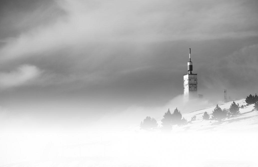 Superbe-photo-mont-ventoux-tempete--de-neige-fond-blanc-photographe-professionnel-avignon-84000-parenthese-de-vie-couleur-paysage-vaucluse-stephane-ruel-photographe