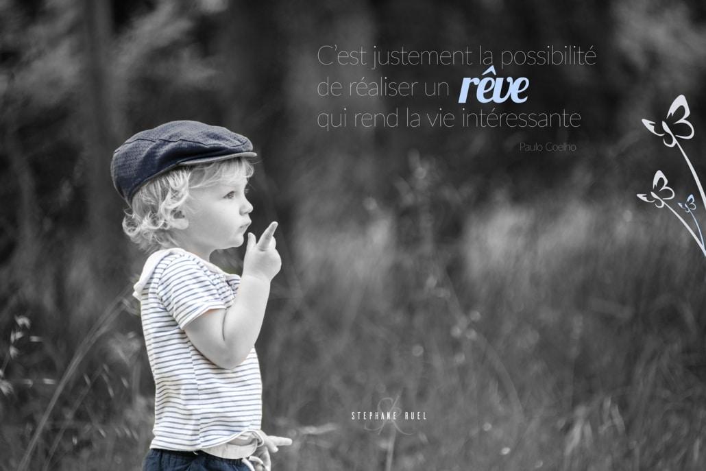belle-photo-ancienne-noir-et-blanc-regard-portrait-enfant-sur-un-banc-a-avignon-vaucluse-84000-stephane-ruel-photographe-professionnel-avignon-vaucluse-provence