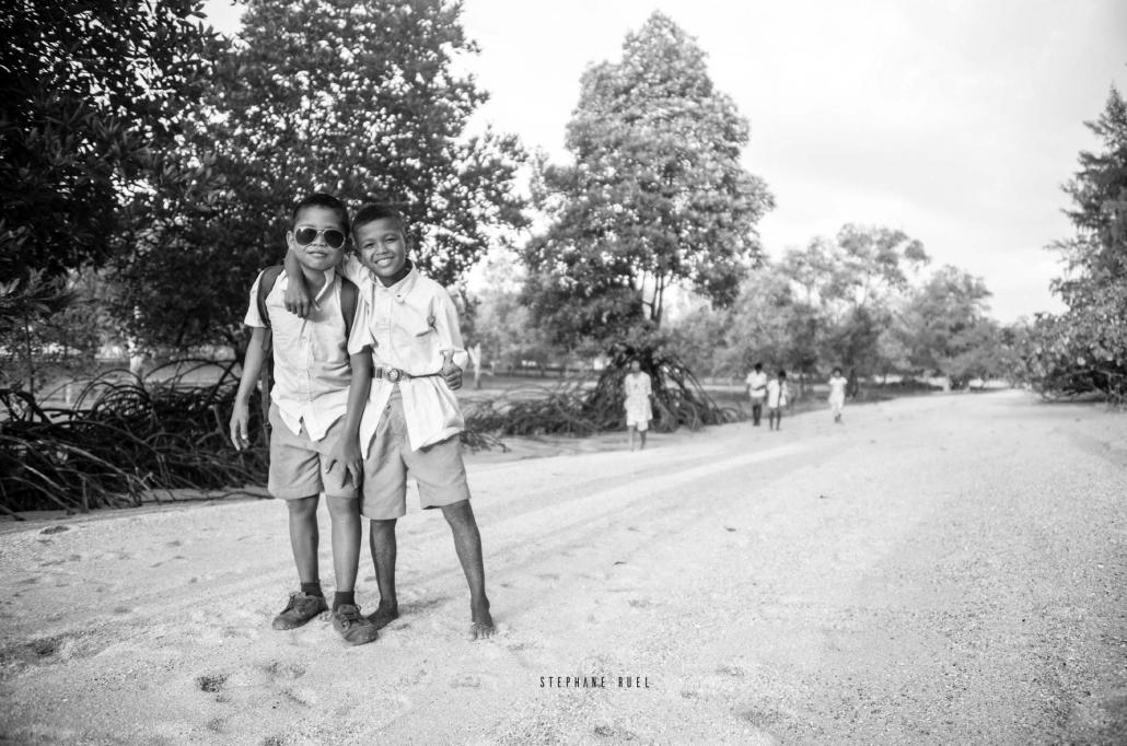 instant-de-vie-de-thailande-d-un-photographe-professionnel-photo-noir-et-blanc-portrait-regard-complice-grand-mere--et-petit-fils-a-avignon-vaucluse-stephane-ruel-photographe