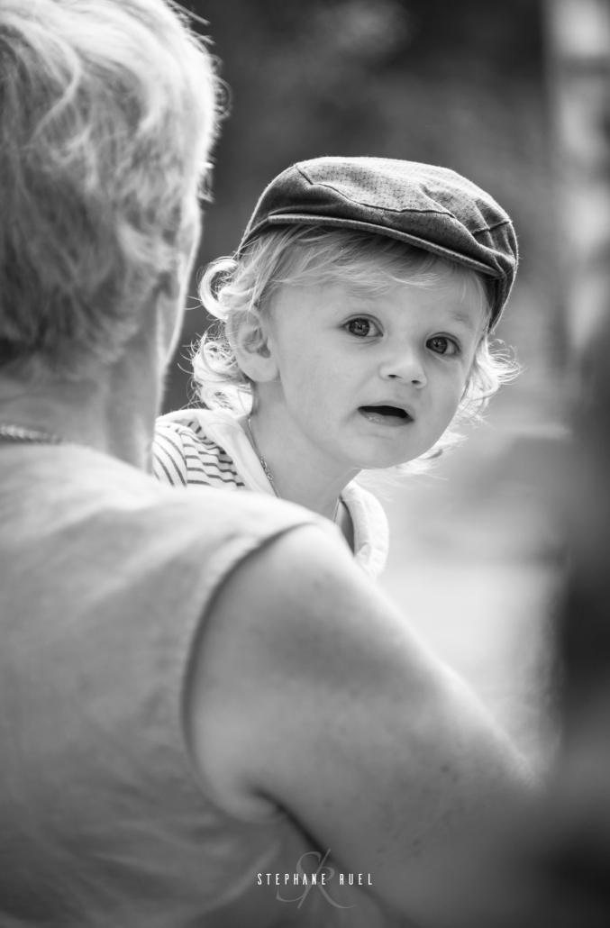 une belle photo-enfant-sur-un-banc-avec-casquette-en-noir-et-blanc-a-avignon-vaucluse-stephane-ruel-photographe