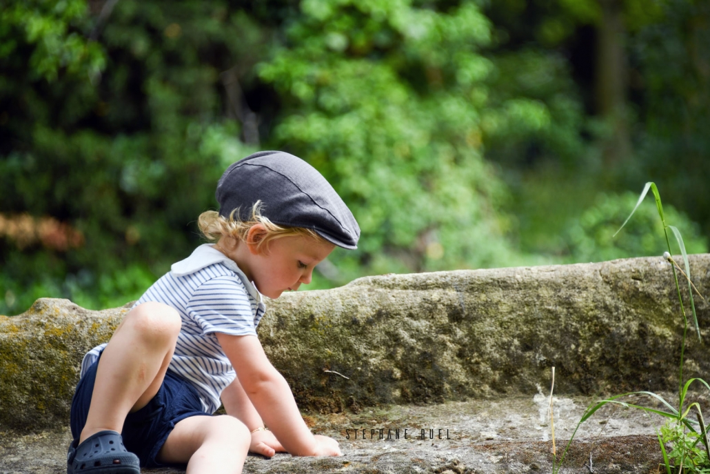 shoot-photo-en-couleur-portrait-enfant-sur-un-banc-a-avignon-vaucluse-84000-stephane-ruel-photographe-professionnel-avignon-vaucluse-provence