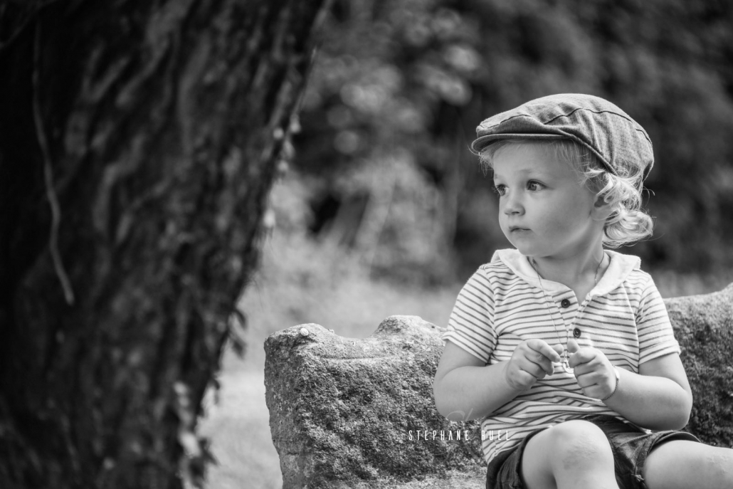 shoot-photo-en-noir-et blanc-enfant-sur-un-banc-a-avignon-vaucluse-84000-stephane-ruel-photographe-professionnel-avignon-vaucluse-provence