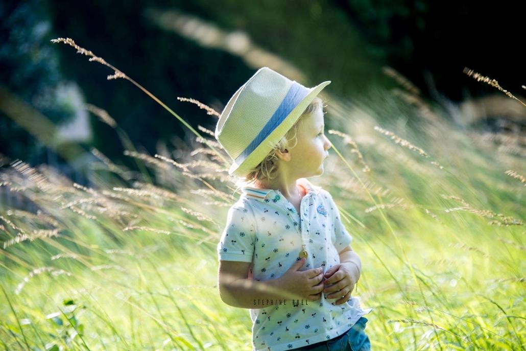 Photo-regard-portrait-enfant-avec-chapeau-a-avignon-vaucluse-84000-stephane-ruel-photographe-professionnel-avignon-vaucluse-provence
