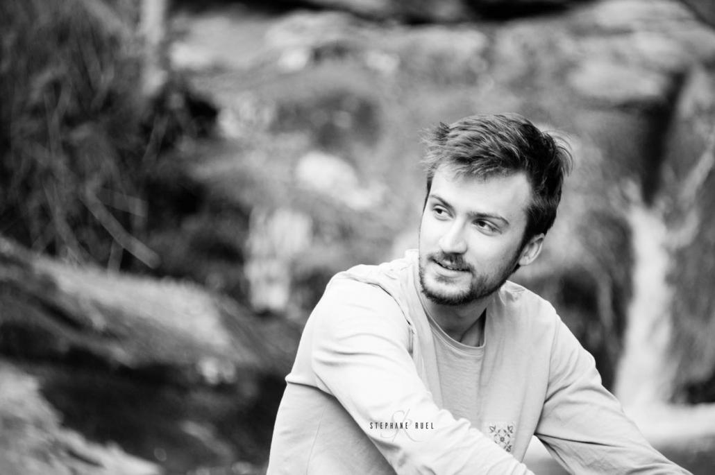 belle-photo-jeune-homme--en-noir-et-blanc-a-avignon-vaucluse-84000-stephane-ruel-photographe-professionel dans le vaucluse et en provence