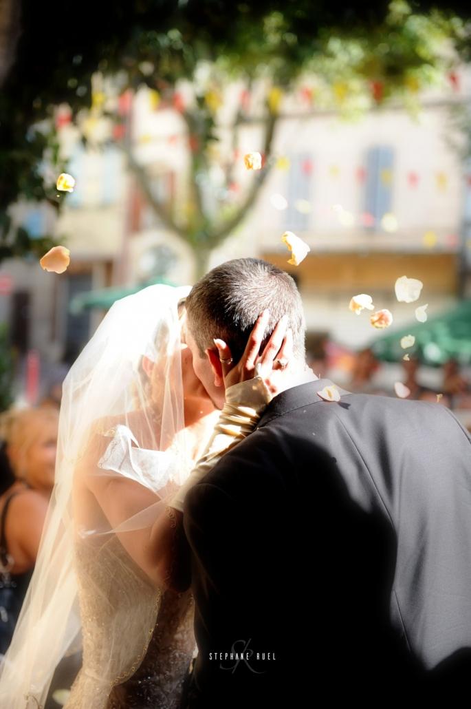 mariage-baisers-couple-et-jeune-couple--en-noir-et-blanc-a-avignon-vaucluse-84000-stephane-ruel-photographe-professionnel de mariage a Avignon et vaucluse