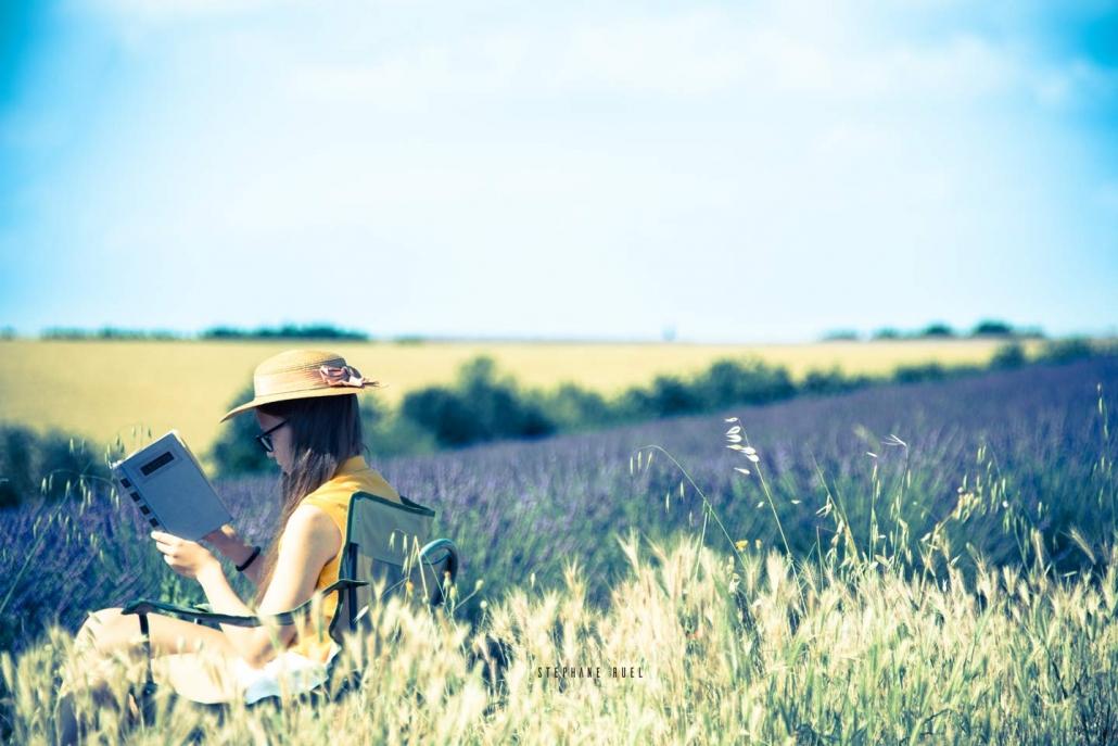 photo-d-enfant-dans-les-lavandes-magnifique-photographie-en-couleur-a-avignon-vaucluse-84000-de stephane-ruel-un photographe-professionel base dans le Vaucluse
