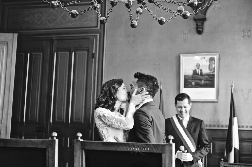 photographe-professionel de mariage vaucluse photos-de-mariage-couple-et-jeune-couple--bisous-en-noir-et-blanc-a-avignon-vaucluse-84000--professionel