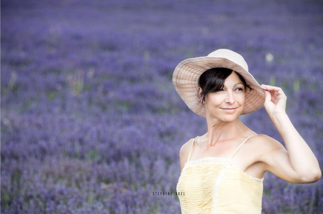 photo-d-un-portrait-femme-lavande-a-avignon-vaucluse-84000-stephane-ruel-photographe-professionel-avignon-vaucluse-provence