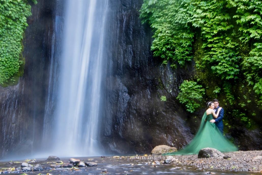 Photo-de-mariage-avec-cascade-couple-wedding-mari-et-femme--stephane-ruel-photographe-professionel-de-mariage-de-luxe-a-l-international-